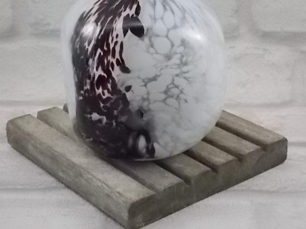 """Aiguière """"Moucheté"""", en verre soufflé bicolore Blanc et Lie de vin. Corps boule repoussé. De Saint Denis"""