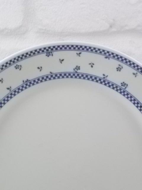 """Assiette """"97/ENE"""" à dessert, en faience Blanche. Décors bordure galon Bleu. De Pedernal Corona. Made in Colombia."""