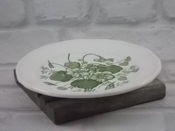 """Assiette """"Capucines"""" en faïence Blanche, motif floral sérigraphié Vert. Cadeaux publicitaire pour la marque """"Yves Rocher"""", de Gien France."""