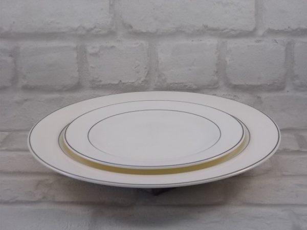 Assiette en verre Opale trempé Blanc, souligné de liseré Gris. De la marque Arcopal. Spécial restauration.