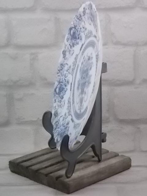 """Assiette """"Honorine"""" plate Chantournée et festonnée, en verre Opale trempé Blanc laiteux. Décors floral sérigraphié Bleu. De la marque Arcopal"""