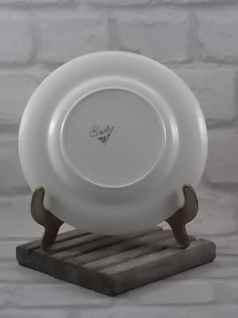 """Assiette """"L'Angélus"""" à dessert, en faience Blanche. Décors sculpté de Vannerie Saumon. Motif sérigraphié polychrome. De Ardy, faiencerie nouvelle de Givors."""