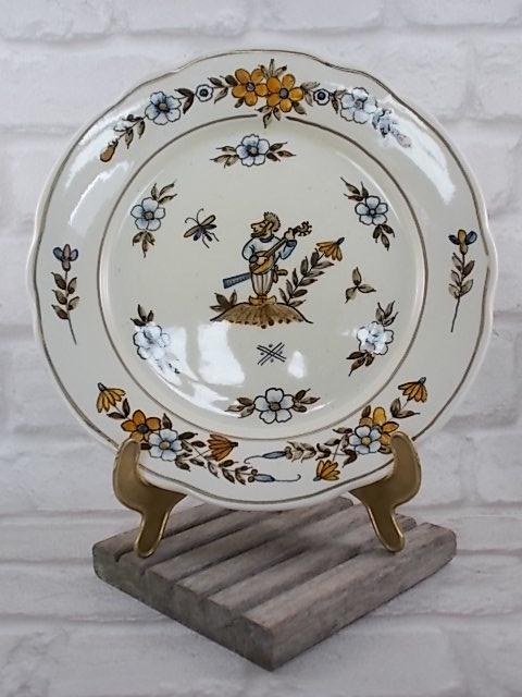 """Assiette décorative, décors central """"Musicien"""", motif floral aux couleurs Automnal. De C.V Moustiers, du XXème s."""