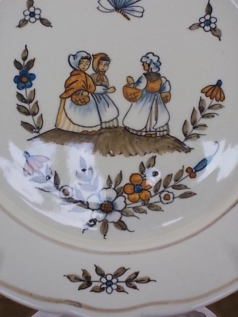 """Assiette décorative, décors central """"3 Paysannes"""", motif floral aux couleurs Automnal. De C.V Moustiers, du XXème s."""