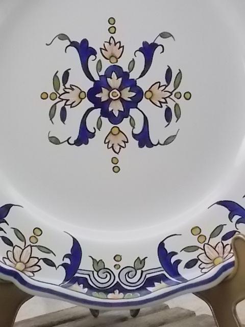"""Assiette """"Rouen"""" fait main, décors W 700 de C, en faïence Blanche, motif polychrome à prédominance Bleu."""