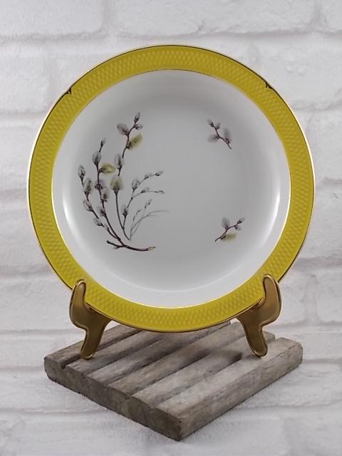 """Assiette creuse en faïence Blanche, bordure Nid d'abeille Jaune, bordé liseré dorure. Motif sérigraphié """"Bourgeons"""""""