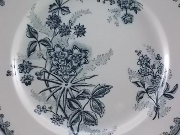"Assiette plate ""Terre de Fer"" , faïence Blanche, décors ""Margot"", motif botanique Vert"