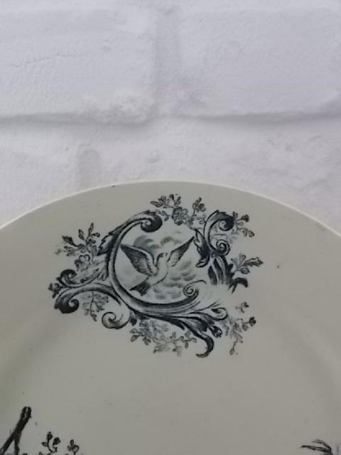 """Assiette """"Terre de Fer"""" plate en faience Blanche. Décors Vert de motif floral et animalier. De Salins les Bains."""