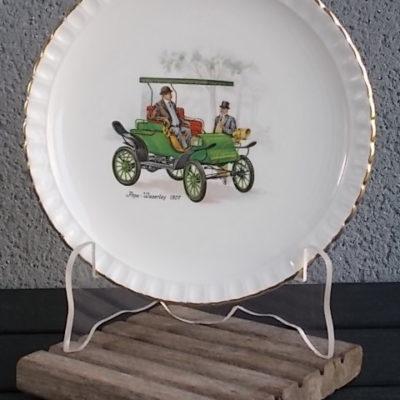 """Assiette à Dessert """"L'Automobile"""", en faience Blanche, à bord festonné, et liseré en dorure. de Gien France"""