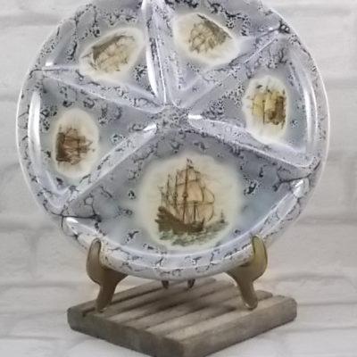 """Assiette à compartiment """"Marine"""", en céramique Ecru à décors d'anciens Voiliers, sur fond marbré Bleu. De Le Creuset"""