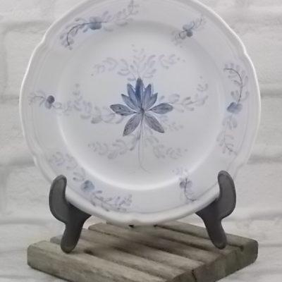"""Assiette à dessert """"Wallys"""" en faience Blanche, décors peint à la main Bleu. De Manufacture Bretonne de Faience Artistique à Pornic"""