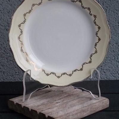 Assiette à dessert, en faience Blanche et Jaune pale, rehaussé de frise en dorure, modèle 9728, De L' Amandinoise
