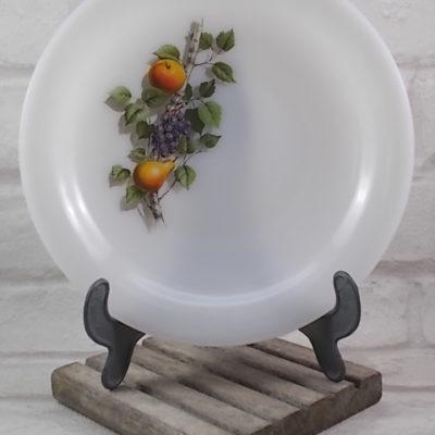"""Assiette creuse en verre Opale Blanc laiteux, motif sérigraphié """"Fruits de France"""" d'Arcopal."""
