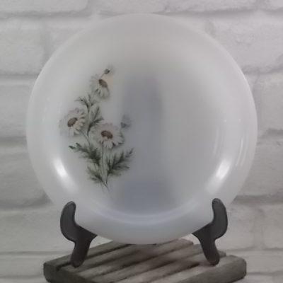"""Assiette """"Marguerite"""" creuse, en verre Opale trempé Blanc laiteux. Décors floral sérigraphié polychrome. De la marque Arcopal"""
