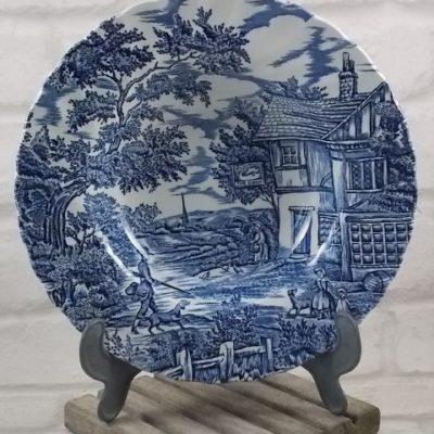 """Assiette creuse """"The Hunter"""", en faïence Blanche. Décors de Scène de chasse peint à la main Bleu. De Myott, Staffordshire, England."""