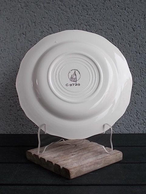 Assiette creuse, en faience Blanche et Jaune pale, rehaussé de frise en dorure, modèle 9728, De L' Amandinoise
