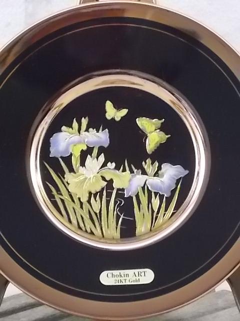 """Assiette """"The Art of Chokin, en céramique Noire. Décors floral en médaillon Or 24 KT. Made in Japan"""