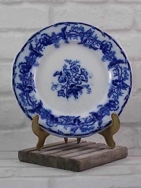 """Assiette modèle """"Althéa"""", en Céramique Blanche, décors floral Bleu foncé imprimé flou. De Boch Frères 1845/60"""