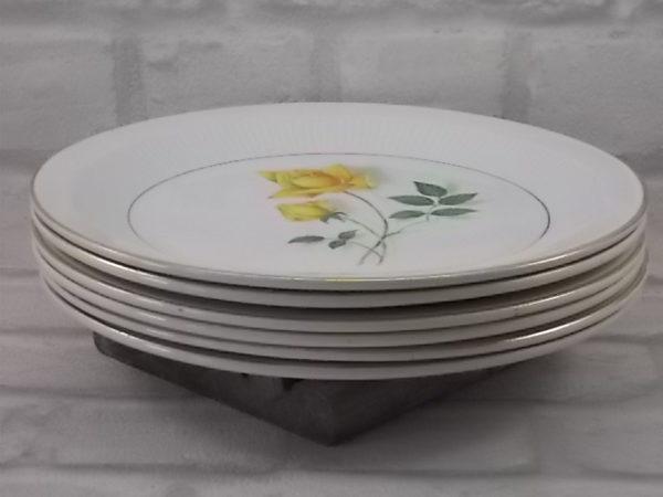 """Assiette """"Sélection"""" plate, en faïence Blanche. Motif floral de Roses Jaune, souligné de liseré en dorure. De Moulin des Loups Orchies"""