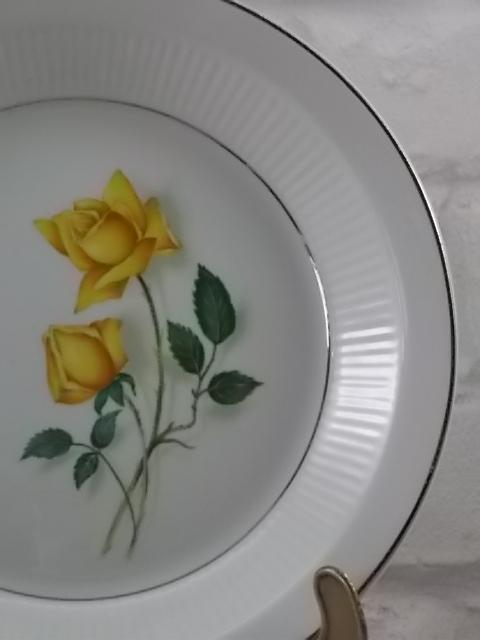 """Assiette """"Sélection"""" creuse, en faïence Blanche. Motif floral de Roses Jaune, souligné de liseré en dorure. De Moulin des Loups Orchies"""