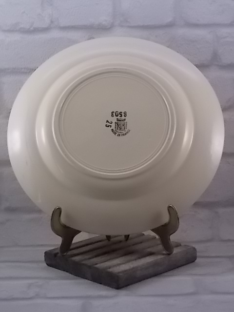 """Assiette plat """"Trèfle"""", en faience Ivoire. Frise à motif géométrique. Modèle N° 6503/25. De Ste Amandinoise."""