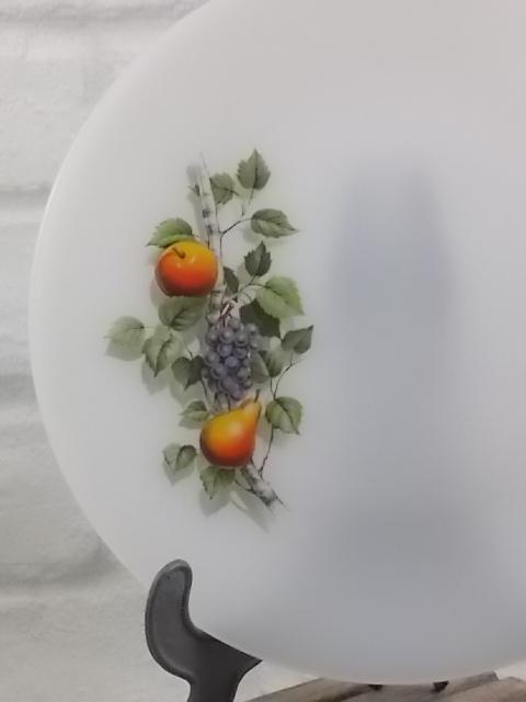 """Assiette plate en verre Opale Blanc laiteux, motif sérigraphié """"Fruits de France"""" d'Arcopal."""
