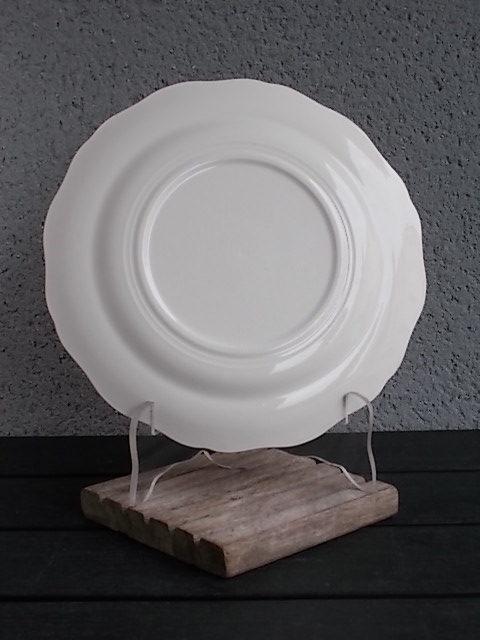 Assiette plate, en faience Blanche et Jaune pale, rehaussé de frise en dorure, modèle 9728, De L' Amandinoise