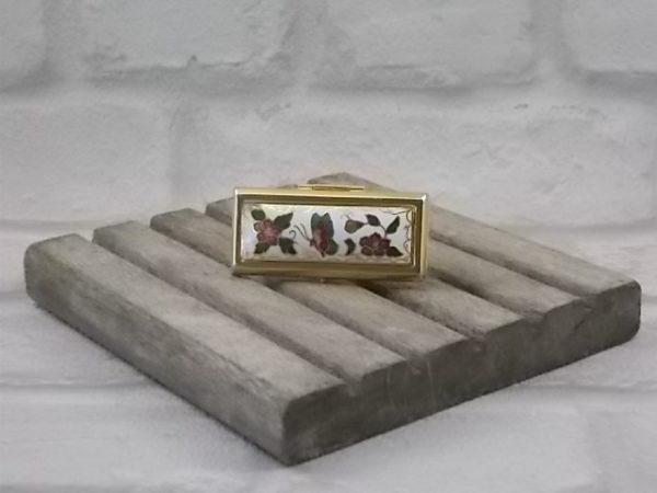 Bague Rouge à Lèvres rectangulaire décors en Émaux et métal doré. Miroir rabat à clips.