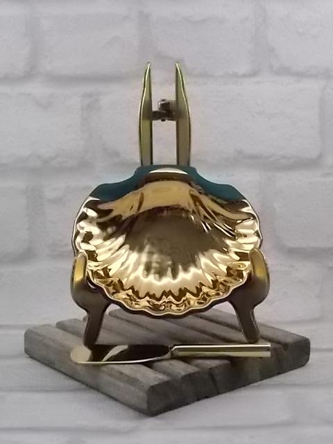 """Beurrier """"Coquillage"""" en pâte de Limoges Vert Émeraude et dorure. Couteau à beurre en métal doré Inalta. De R. Montigny et Cie."""
