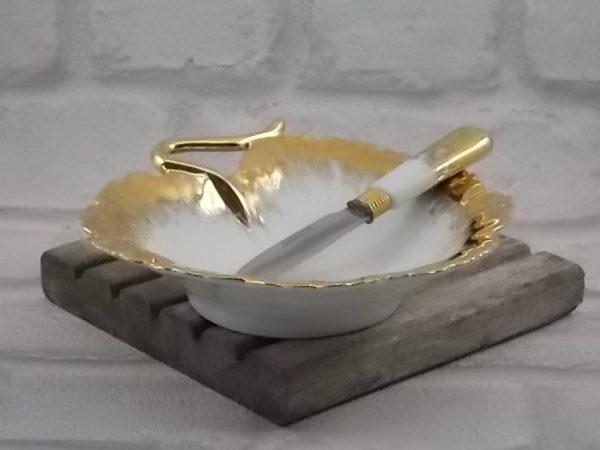 """Beurrier """"Feuille"""", en porcelaine Blanche souligné d'une bordure en dorure. Avec son couteau à beurre. De Limoges."""