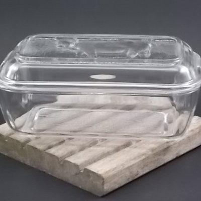 """Beurrier """"Vache"""" N°15, en verre trempé moulé. De forme rectangulaire au coin arrondi. De la marque Arcoroc France. Année 60/70."""