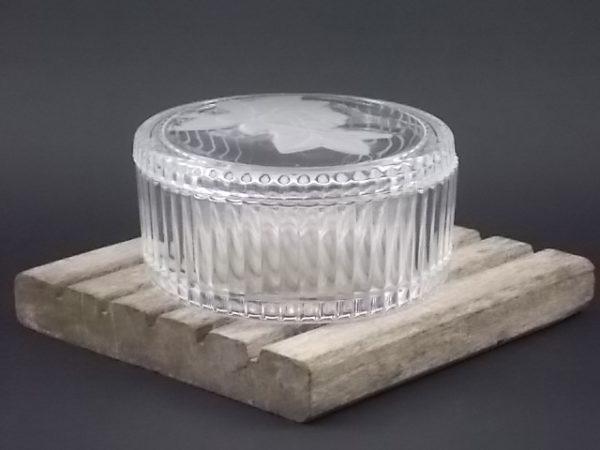 """Boite """"Rose"""" ovale, en Cristal garanti plus de 24 % de Plomb. Couvercle au décors de Rose Opalescent de Cristal d' Arques"""