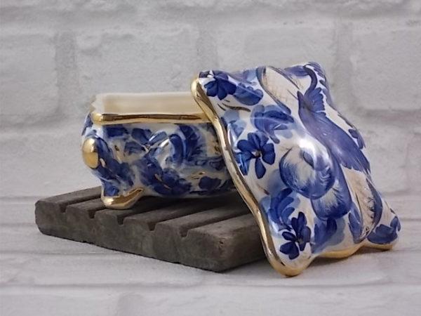 """Boite rectangulaire en faïence fond Blanc, décors """"Oiseaux Bleu du Bonheur"""", peint à la main."""