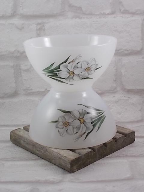 """Bol, en verre Opale Blanc laiteux, motif sérigraphié """"Narcisse"""" d'Arcopal."""
