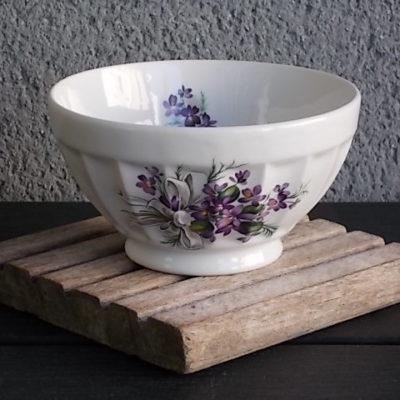 """Bol """"Bouquet de Violettes"""" sur piédouche, en Porcelaine Blanche facetté. De la maison Longchamp France"""