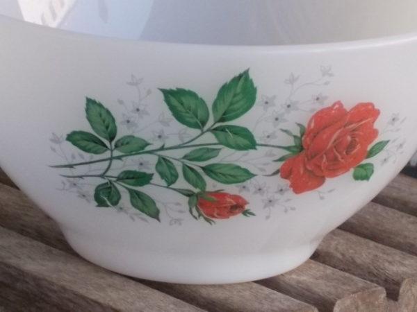 """Bol à déjeuner """"Rose de France"""", en verre Opale et motif de Roses Rouges. De la marque Arcopal France"""