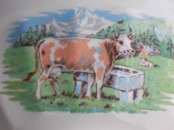 """Bol sur piédouche """"Vache"""", en faience Blanche et motif animalier, panse facettée. de Digoin Sarreguemines"""