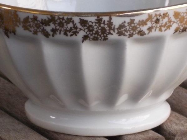 """Bol piédouche """"Scène Galante"""" en porcelaine Blanche véritable. Motif Romantique fond de bol. Frise fleuri et liseré en dorure."""