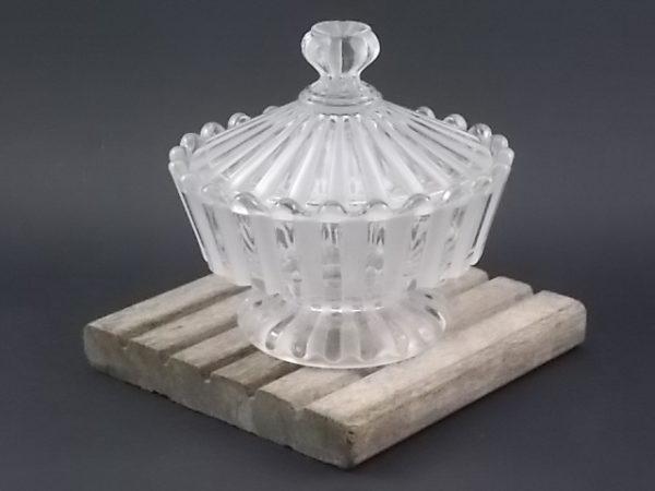 """Bonbonnière """"Cotes Alternées"""" déposé en 1890, en cristal moulé à la presse. De la maison Baccarat. Edité entre 1890 et 1930."""