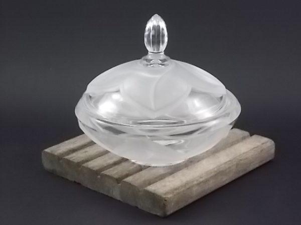 """Bonbonnière """"Florence"""" en Cristal moulé. Décors floral en relief en cristal dépoli de Cristal d'Arques"""