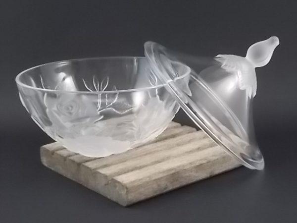 """Bonbonnière """"Lucia"""" en cristal moulé translucide et dépoli. Décors de Roses en relief . De la maison Cristal d'Arques"""
