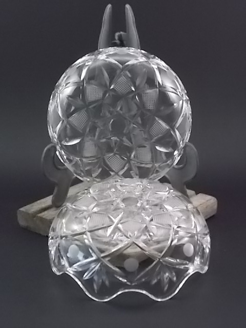 """Bonbonnière """"Ronde"""" en Cristal moulé et taillé, garanti plus 24 % de Plomb. Motif Etoile rehaussé de gravure et de Rond dépoli. Jointure en forme Vague. De la maison Cristal d'Arques."""