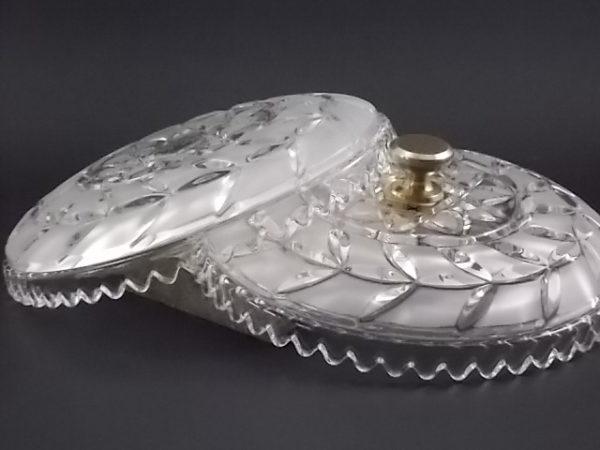 Bonbonnière ronde en Cristal moulé et taillé. Cristal opalescent en surface. Jointure crantée. Bouton en métal doré.