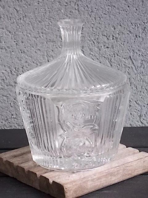Bonbonnière en verre épais ,moulé, pressé. Décor de Fleurs stylisés et plissage. Couvercle cheminée.