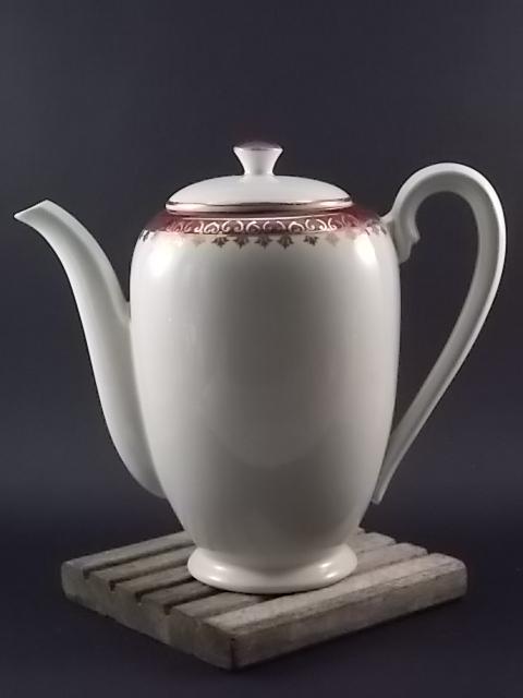 """Cafetière """"Edwige"""", en porcelaine Opaque Ivoire. Décors frise Bordeaux et dorure peint à la main. De Sarreguemines Digoin"""