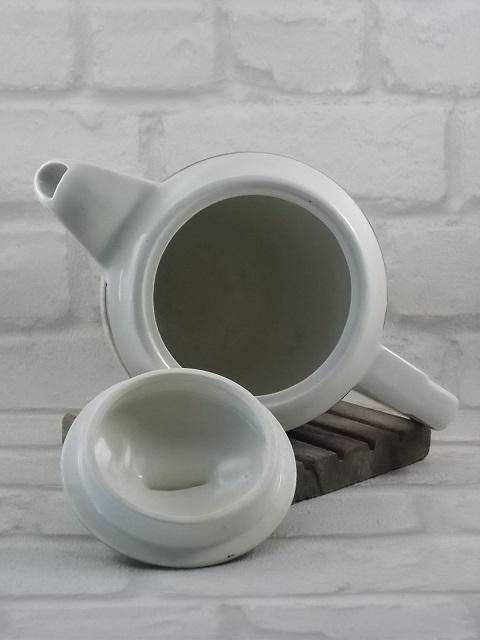 """Cafetière """"Semi-Porcelaine"""" Blanche, décoré d'une frise Vert Émeraude, avec """"Epi de Mais"""" en dorure de Ceranord, St Amand."""
