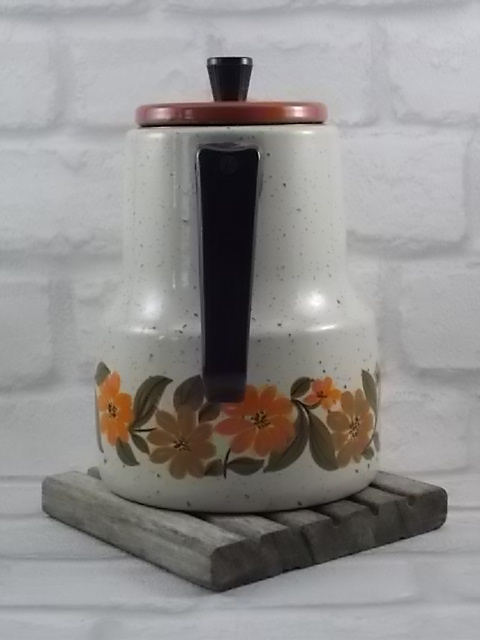 """Cafetière """"Seventies"""" en tôle émaillée Beige granité et frise fleurie aux couleurs Automnal. Poignées en Bakélite Noire."""