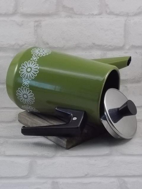 """Cafetière """"Sixties"""" en tôle émaillée Verte. Motif frise fleurs stylisées Blanches. Couvercle en Inox, poignées Bakélite Noire."""