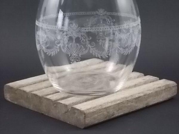"""Carafon """"Agrigel"""" en verre gravé. Gravure laser Blanche, motif de guirlandes de feuilles et Arabesques. Objet publicitaire"""