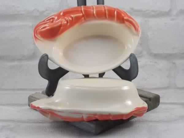 """Cassolette """"Écrevisse"""" en céramique grès fin émaillé Crème et Saumon. Plat ovale bordé d'une écrevisse. De Charles Armand."""